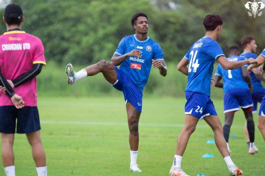 Em alta na Tailândia, Evson quer crescimento do Chiamgmai United na temporada