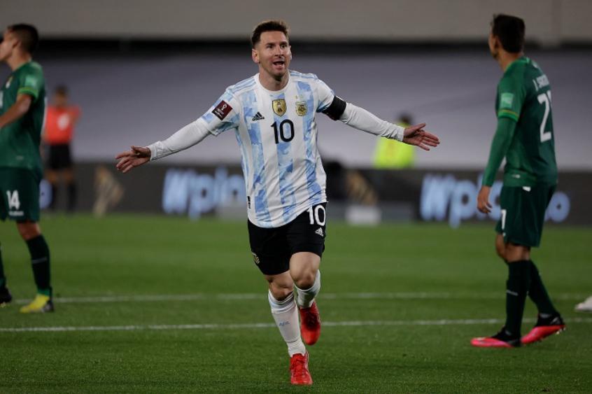 'Atrasado', Pelé parabeniza Messi por ultrapassá-lo em número de gols pelas seleções
