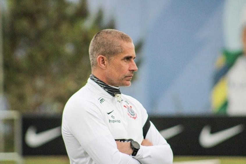Em baixa com a torcida, Sylvinho vai para o Dérbi respaldado pela diretoria do Corinthians
