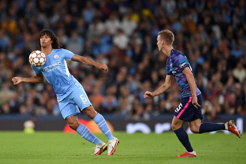 Aké revela morte do pai logo após 1º gol pelo Manchester City na Champions League