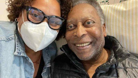 Filha de Pelé tranquiliza fãs: 'Ele está se recuperando bem e no quadro normal'