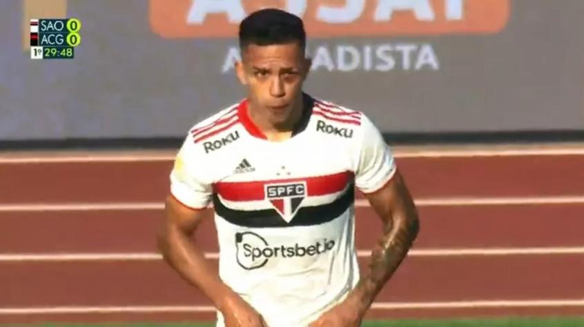 Igor Vinícius leva trombada e sai com olho roxo em vitória do São Paulo