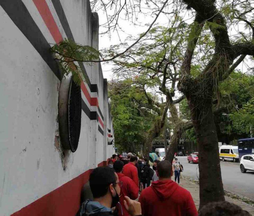Torcida do Flamengo encara filas na manhã de semifinal da Libertadores