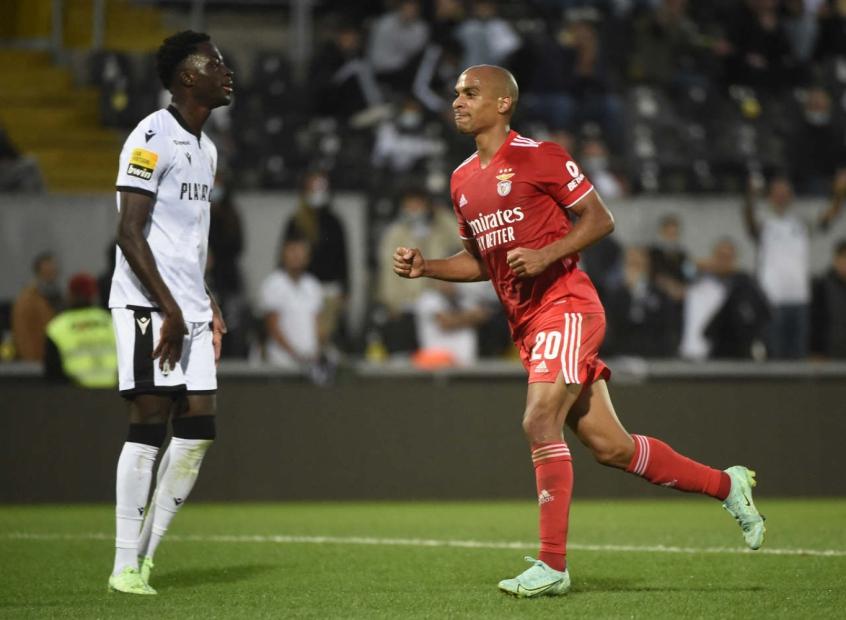 Benfica bate o Vitória de Guimarães e conquista a sétima vitória em sete partidas no Campeonato Português