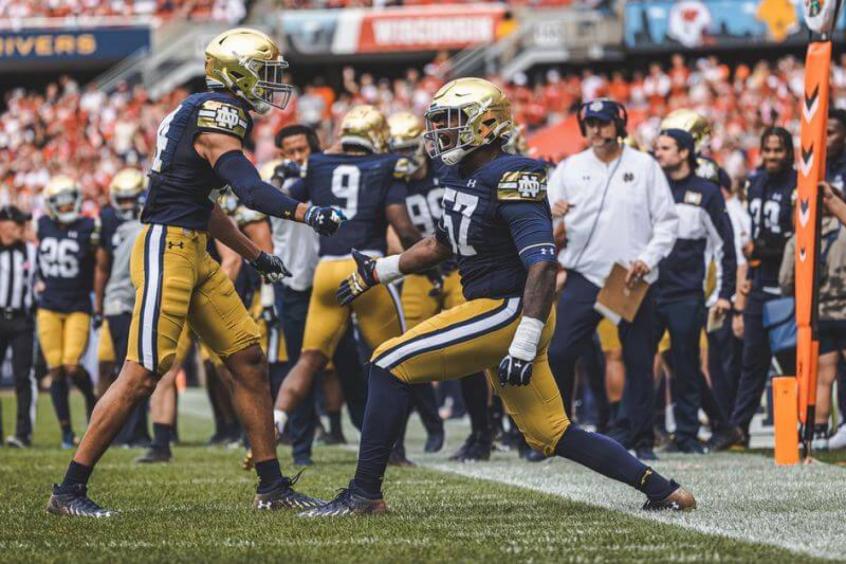 Defesa de Notre Dame brilha com dois touchdowns em vitória no Soldier Fied contra Wisconsin