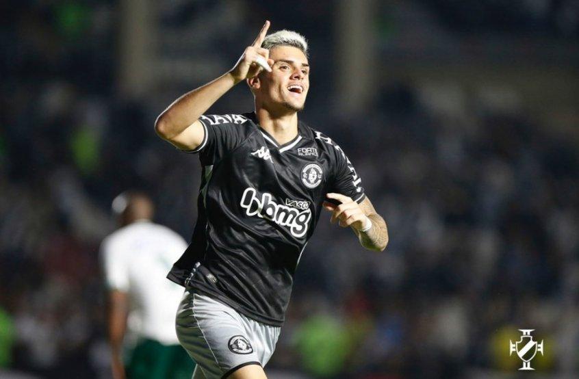 Após vitória, Gabriel Pec festeja gol com passe de seu ídolo Nene e destaca: 'O Vasco vai subir'