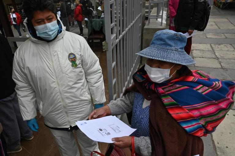Bolívia recebe lote de 370.000 segundas doses da vacina Sputnik V