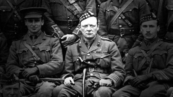 A marinha britânica e o jovem Winston Churchill sofreram derrotas dramáticas nas batalhas do estreito de Dardanelos