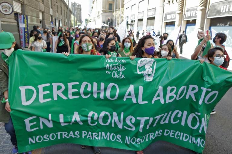 Deputados chilenos aprovam aborto livre até 14 semanas