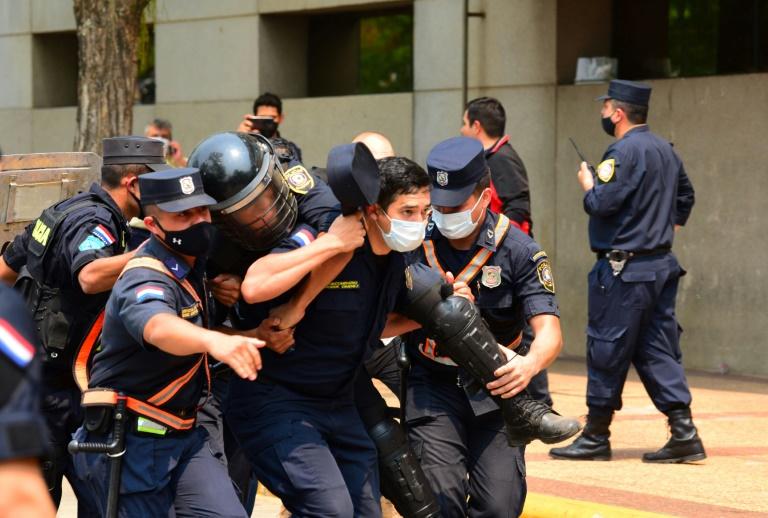Indígenas paraguaios enfrentam polícia durante protesto contra lei que pune invasão de terras