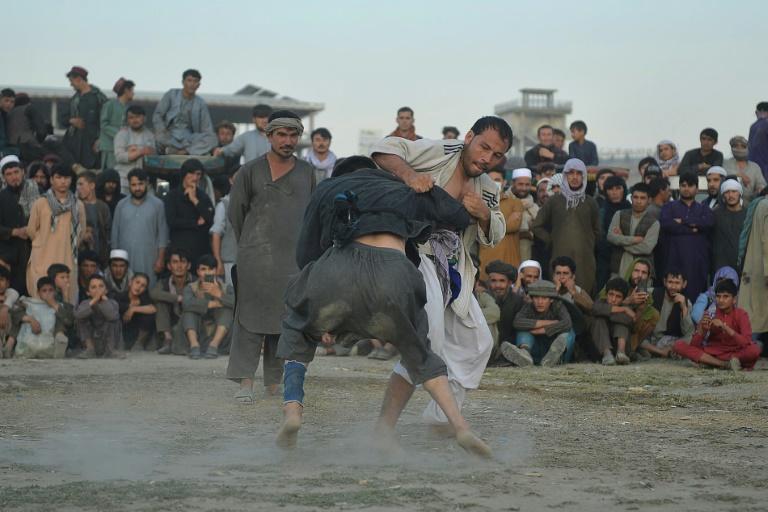 Lutadores com sede de glória em campo de terra em Cabul