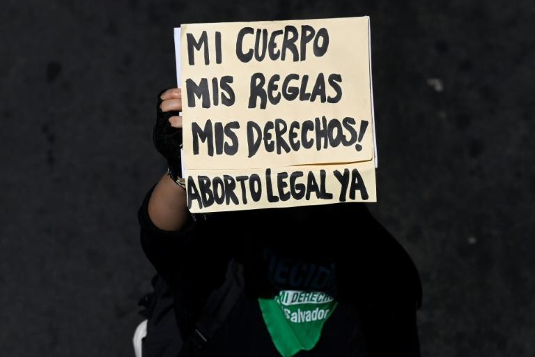 Centenas de mulheres marcham pelo direito ao aborto em El Salvador