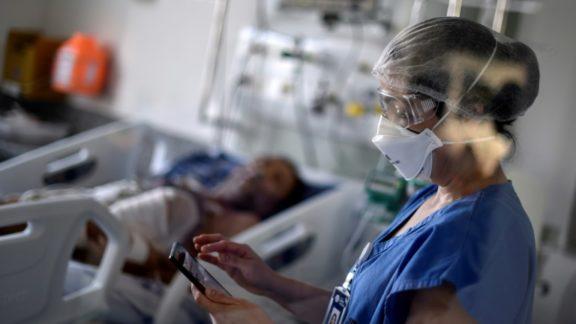 Brasil registra mais 818 mortes por Covid e ultrapassa 595 mil