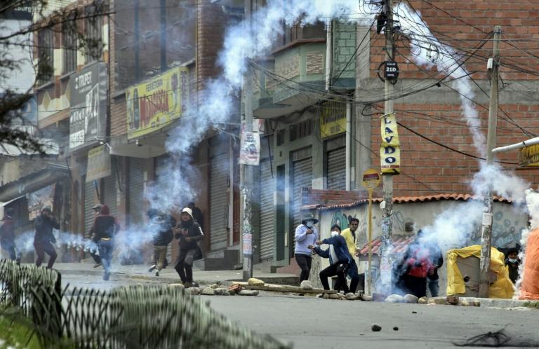 'Cocaleros' voltam a entrar em confronto com a polícia e queimam viaturas na Bolívia