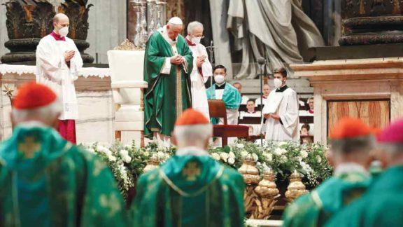 Papa abre consulta sobre temas como o celibato e a participação das mulheres
