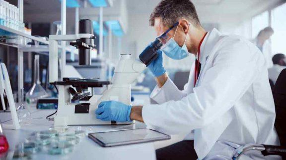 Remédios eficazes contra a Covid-19 começam a surgir, diminuindo a letalidade da doença e simplificando  tratamentos médicos