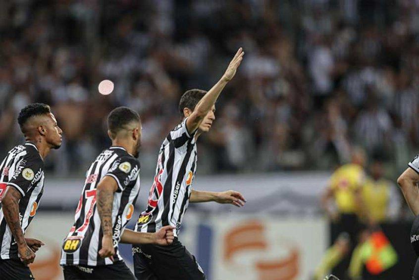 Nacho muda o jogo, Atlético-MG vira para cima do Santos e segue firme na liderança do Brasileirão