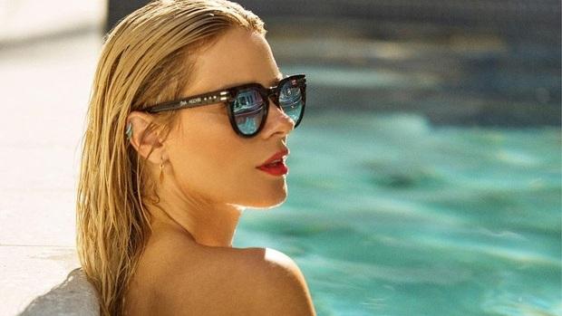 De topless, Carolina Dieckmann ganha elogios em foto na piscina