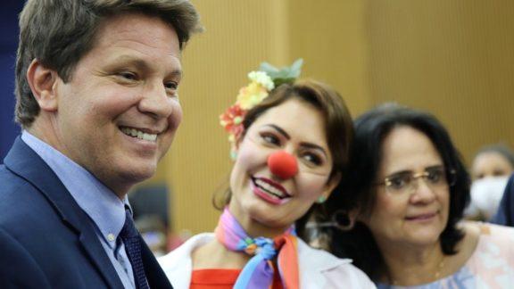 Com Michelle Bolsonaro de palhaça, Mario Frias lança apoio a circo e ataca artistas
