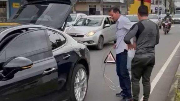 Vídeo: Sem gasolina, Porsche de empresário atrapalha trânsito em MG