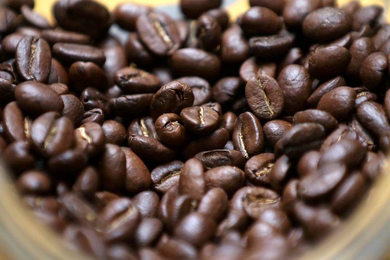 IBGE reduz levemente estimativa de safra de café do Brasil 2021