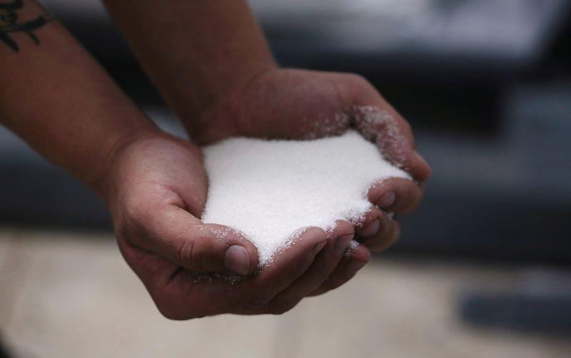 Açúcar branco avança 2% antes de vencimento; arábica atinge mínima de 3 semanas
