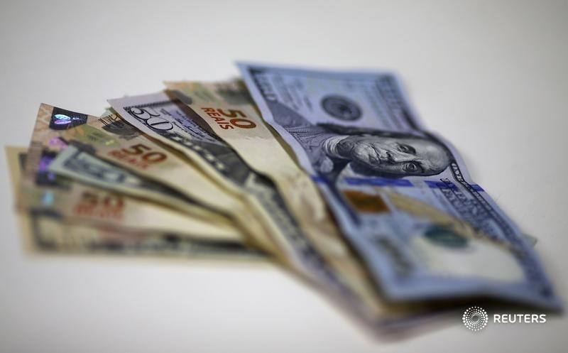 Dólar sai de mínimas abaixo de R$5,00 e fecha em alta após projeção de aperto do Fed