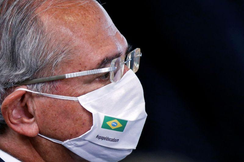 Economia está se reerguendo, mas precisa da vacinação em massa, diz Guedes