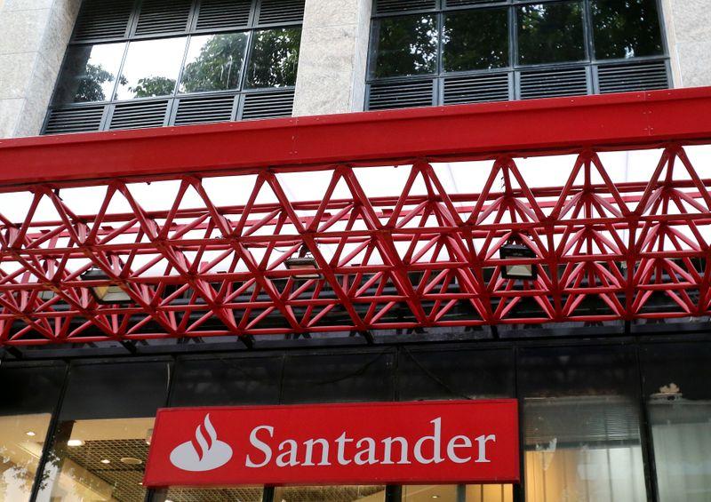 Santander Brasil quase dobra lucro no 2º tri