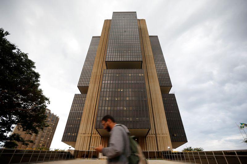 MUFG eleva projeção de Selic a 7,5% e cita volta de riscos fiscais