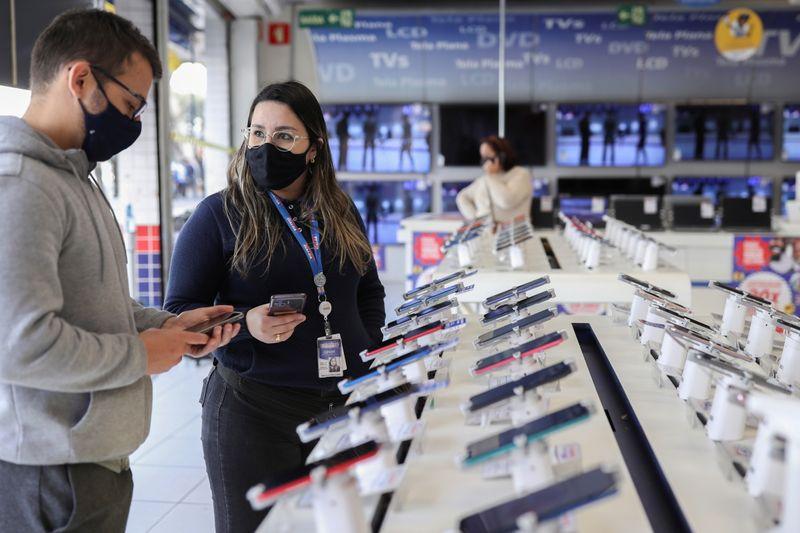 Varejistas brasileiros aceleram aquisições para competir por dominância no e-commerce