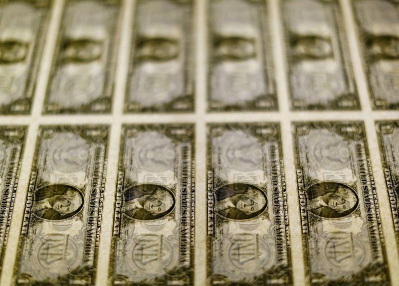 Dólar recua ante real com nova intervenção do BC, mas sai de mínimas com persistência de riscos