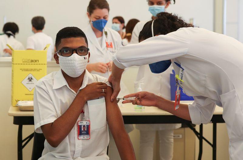 Governo aprova dose de reforço contra Covid para profissionais de saúde, diz Queiroga no Twitter