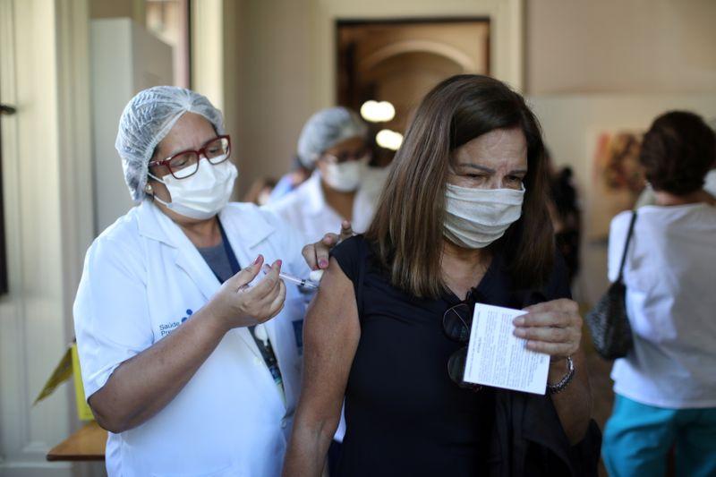 Rio vacinará todos os adultos com 1ª dose contra Covid até 31 de agosto, diz Paes