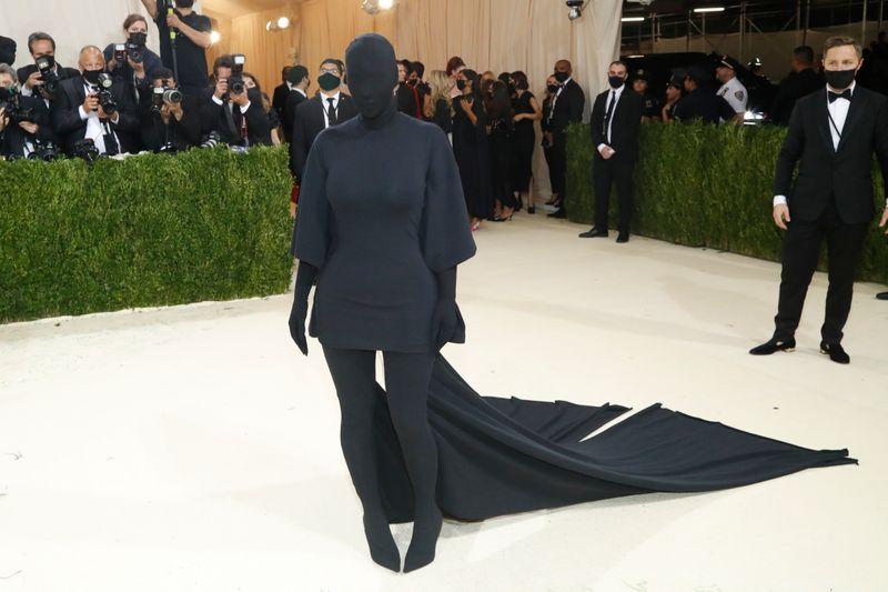 Lil Nas X usa armadura dourada e Kim Kardashian vai toda de preto ao Met Gala