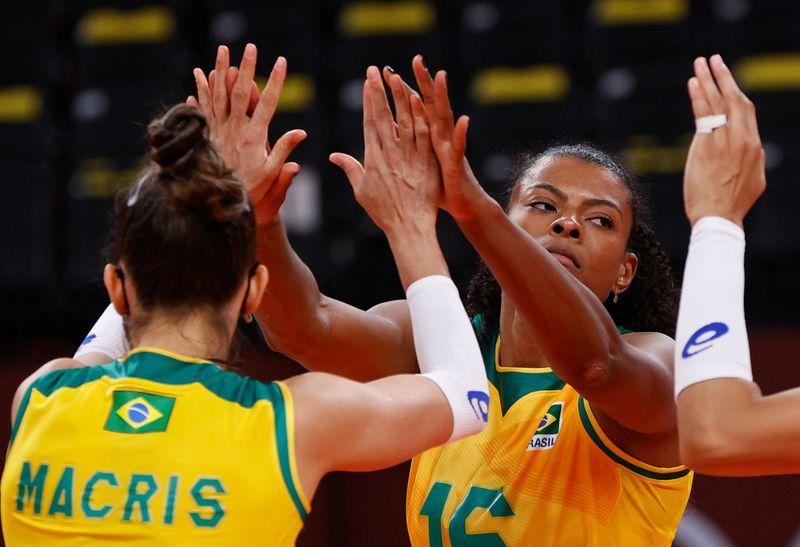 Seleção feminina de vôlei bate República Dominicana no tiebreak e vence 2ª em Tóquio