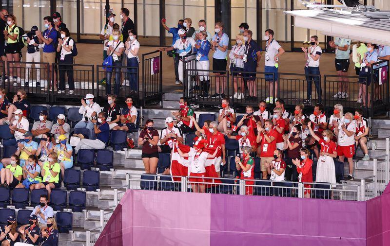 Delegações barulhentas compensam ausência de torcedores em Olimpíada sem público