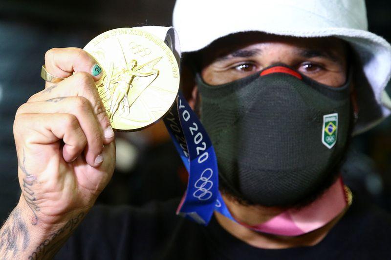 Ítalo Ferreira volta ao Brasil com medalha de ouro e já quer surfar