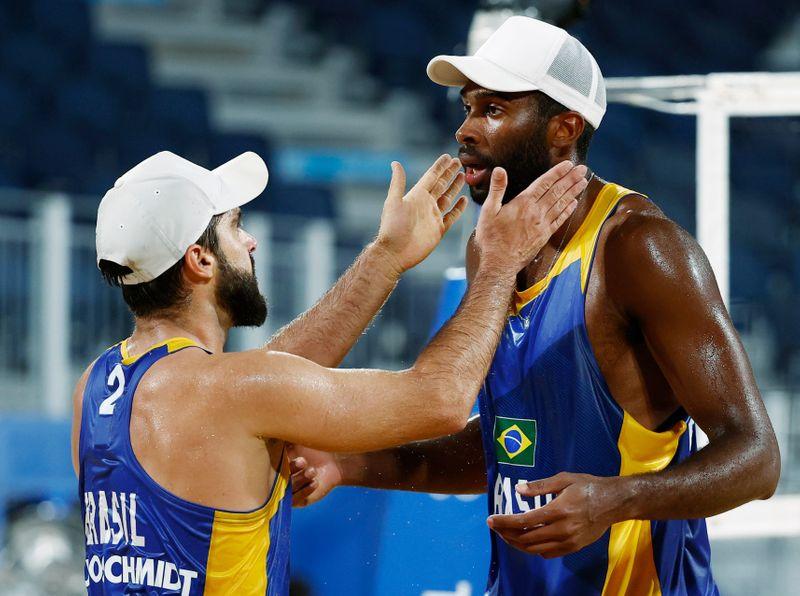 Bruno Schmidt e Evandro vencem dupla polonesa e vão às oitavas do vôlei de praia