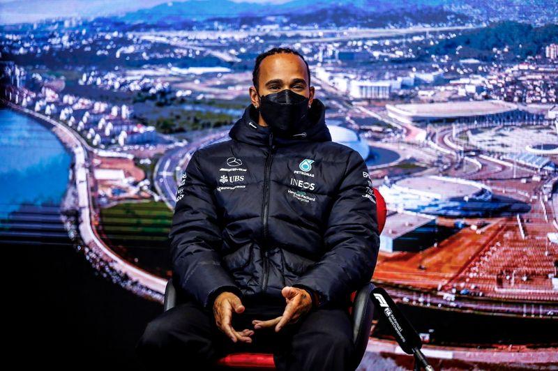 Hamilton está mais pressionado do que Verstappen, diz Horner