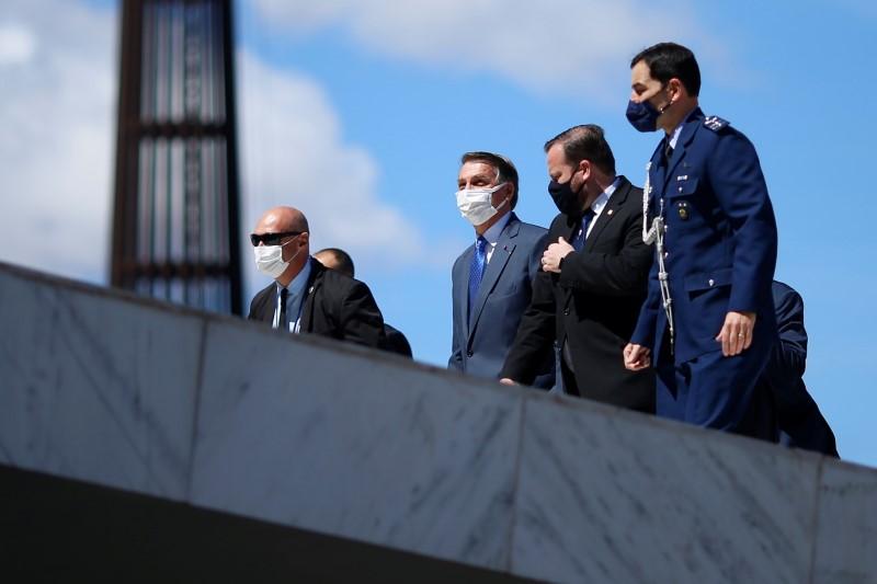Bolsonaro assiste a desfile militar em dia de votação da PEC do voto impresso e irrita parlamentares