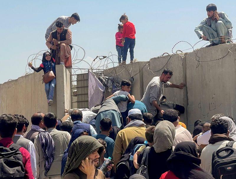 Caos em aeroporto de Cabul impede partidas após tomada do poder pelo  Taliban - ISTOÉ Independente