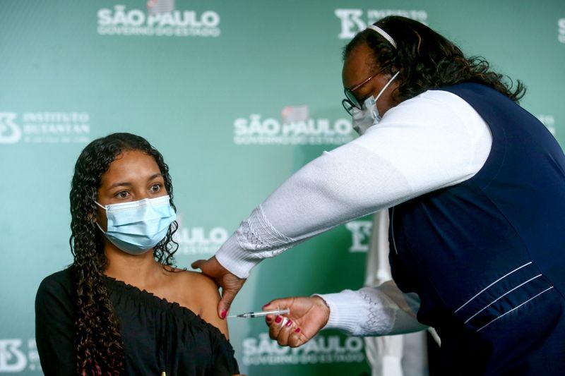 Ministério volta atrás e só recomenda vacinação para adolescentes com comorbidades