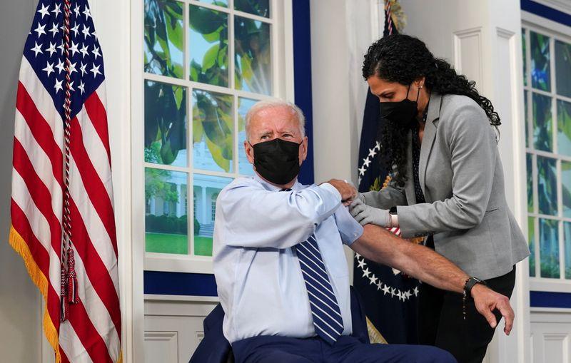 Biden recebe vacina de reforço contra Covid em meio a distribuição de doses adicionais