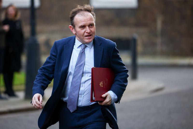 CORREÇÃO-Reino Unido quer liberar viagens, mas está receoso com riscos, diz ministro