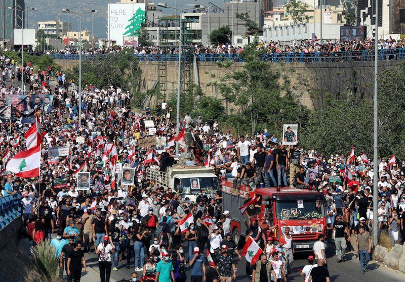Beirute lembra um ano de explosão em porto com revolta e luto