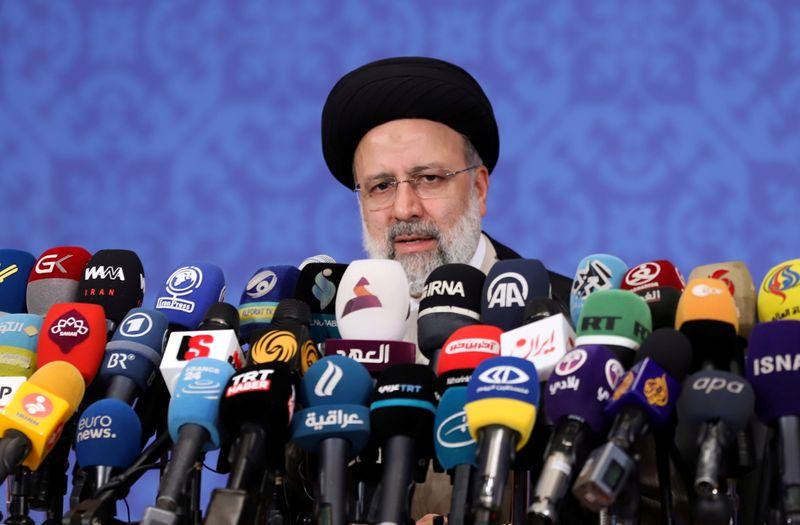 Clérigo linha-dura Raisi toma posse como presidente do Irã
