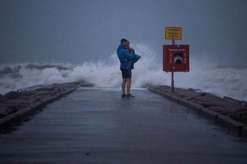 Nicholas vira tempestade tropical e leva chuva forte ao Texas e à Louisiana