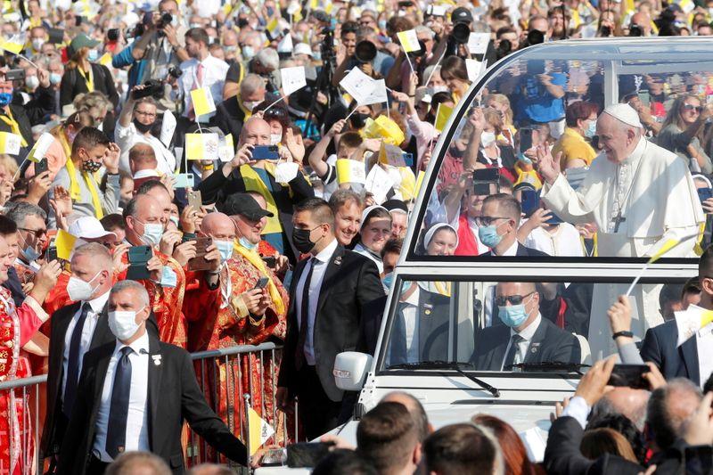 Não explorem a religião na política, pede papa em visita à Eslováquia