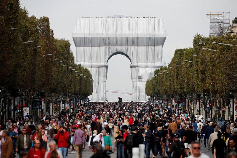 Parisienses ocupam a Champs-Elysees em dia sem carro na capital francesa